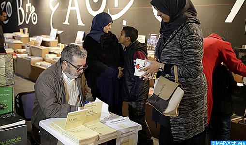 """Le journaliste et écrivain Khalil Hachimi Idrissi a signé, dimanche (19/02/17) à Casablanca, son nouveau recueil intitulé """"La foi n'est convoquée que les jours de fête"""" sorti aux éditions la Croisée des Chemins."""