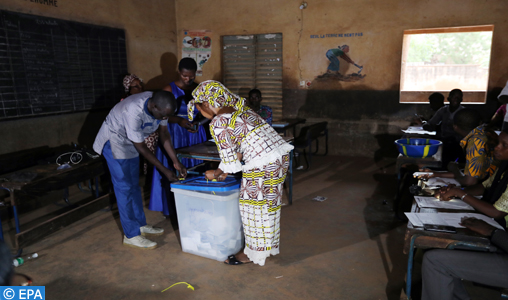 epa06918080 Malian election officials count the votes at a polling station in Bamako, Mali, 29 July 2018. Incumbent President Ibrahim Boubacar Keita and 24 other candidates are vying for the office.  EPA-EFE/MOHAMED MESSARA